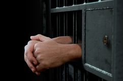 Porte et mains de cellules de prison Images stock