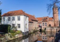 Porte et maisons de ville à un canal à Amersfoort Photos stock