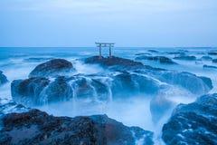 Porte et mer japonaises de tombeau à la ville d'Oarai Photographie stock libre de droits