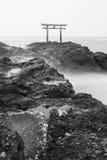 Porte et mer japonaises de tombeau à la ville d'Oarai Image libre de droits