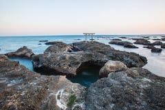 Porte et mer japonaises de tombeau à la ville d'Oarai, Ibaraki Images libres de droits