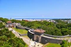 Porte et murs de château de Shuri image libre de droits