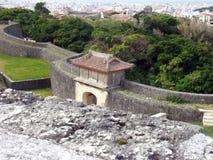 Porte et murs de château et d'Okinawa Cityscape de Shuri Image libre de droits
