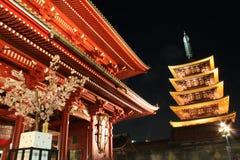 Porte et pagoda de temple de Senso-JI la nuit, Asaku Images stock