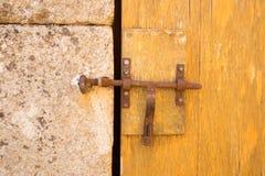 Porte et pierres de vieux mur image stock