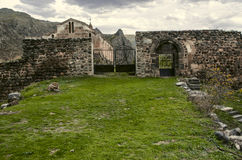 Porte et porte d'entrée au mur en pierre Photo stock