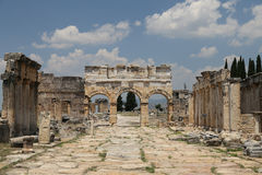 Porte et rue de Frontinus dans la ville antique de Hierapolis, Turquie Images stock