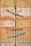 Porte et serrure en bois cassées abandonnées de hangar fenêtre marquée image libre de droits