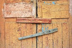 Porte et serrure en bois cassées abandonnées de hangar fenêtre marquée Photo stock