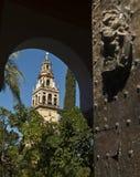 Porte et tour de la mosquée de Cordoue photographie stock