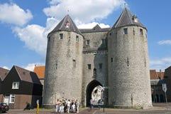 Porte et touristes de ville antique dans le bourdonnement op de Bergen Photographie stock