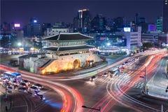 Porte et trafic de Dongdaemun Images libres de droits