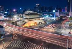 Porte et trafic de Dongdaemun, le 11 avril, 2 Images libres de droits
