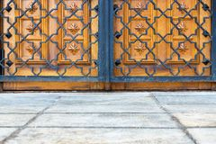 Porte et trellis antiques image stock