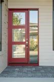 Porte extérieure rouge moderne fermée d'une maison Photo stock