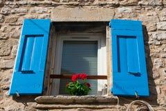 Porte-fenêtre avec des obturateurs Images stock