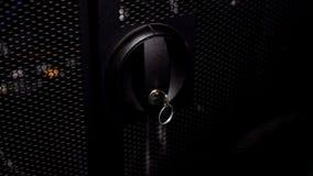 Porte fermée avec la clé dans les supports de serveur d'ordinateur ou la boîte de commutateur, système de sécurité photographie stock