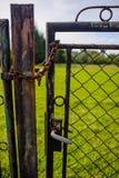 Porte fermée avec une chaîne Images libres de droits