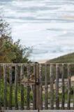 Porte fermée des rondins rugueux et derrière la mer Photographie stock