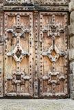 Porte fermée en bois de vieux vintage antique rustique avec les ornements détaillés Images libres de droits