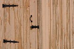 Porte fermée en bois sur la serrure sur le mur en bois de la maison photographie stock libre de droits