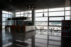Porte fermée et chaises vides sur l'aéroport Photographie stock