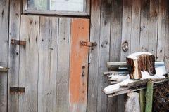 porte fermée et oubliée antique Vieille trappe en bois image libre de droits