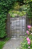 Porte fleurie de fer Photographie stock