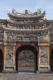 Porte fleurie de la citadelle dans Huê Vietnam images stock