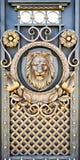 Porte forgiate con un leone fotografie stock libere da diritti