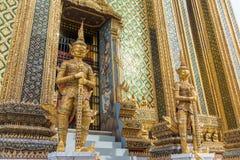 Porte géante gardant la sculpture au palais grand Images libres de droits