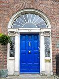 Porte géorgienne colorée dans la ville de Dublin, place de Merrion, Irlande photographie stock libre de droits