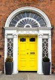 Porte géorgienne colorée dans la ville de Dublin, place de Merrion, Irlande image libre de droits