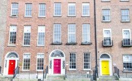 Porte georgiane variopinte a Dublino (rosso, rosa, giallo) Immagine Stock