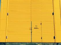 Porte gialle su un fondo giallo Fotografie Stock