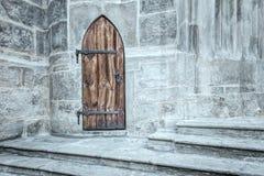 Porte gothique dans le bâtiment en pierre photo stock