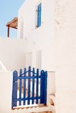 Porte grecque traditionnelle sur l'île de Mykonos photographie stock libre de droits
