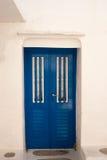 Porte grecque traditionnelle sur l'île de Mykonos images stock