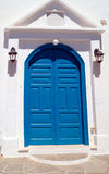 Porte grecque traditionnelle sur l'île de Mykonos, Grèce photographie stock libre de droits
