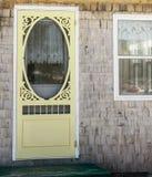 Porte grillagée jaune photo stock