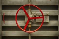 Porte hermétique avec la poignée ronde de la soute souterraine de vieux Soviétique Image stock