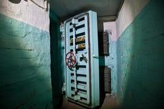 Porte hermétique d'un abri antiaérien soviétique abandonné, un écho de la guerre froide image stock