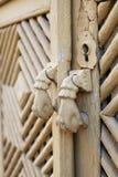Porte-heurtoir d'expert sur une porte en bois avec les ornements polygonaux Image libre de droits