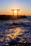 Porte japonaise de tombeau dans le lever de soleil image libre de droits