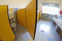 Porte jaune dans des salles de bains avec des éviers d'une crèche Photographie stock libre de droits