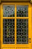 Porte jaune en bois avec le modèle en verre corrompu dans des couleurs diverses, fond de cru images libres de droits