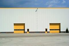 Porte jaune en revue industrielle image libre de droits