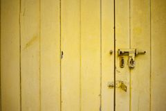 Porte jaune superficielle par les agents avec un verrou ouvert photo libre de droits