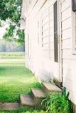 Porte latérale de maison d'enfance en été Photos stock