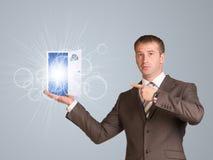 Porte lumineuse ouverte de prise d'homme d'affaires à disposition Image stock